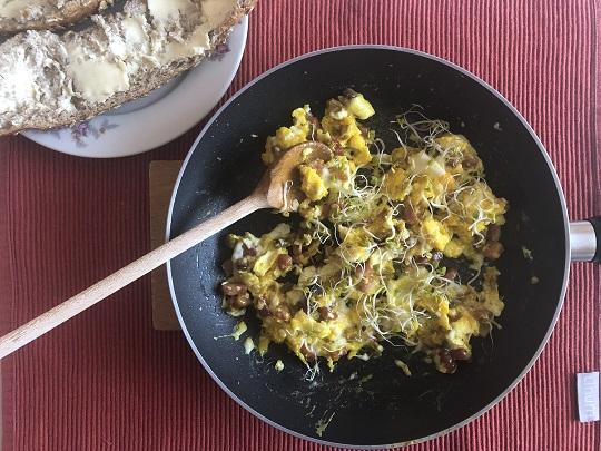 Jajecznica z boczkiem, pieczarką i kiełkami