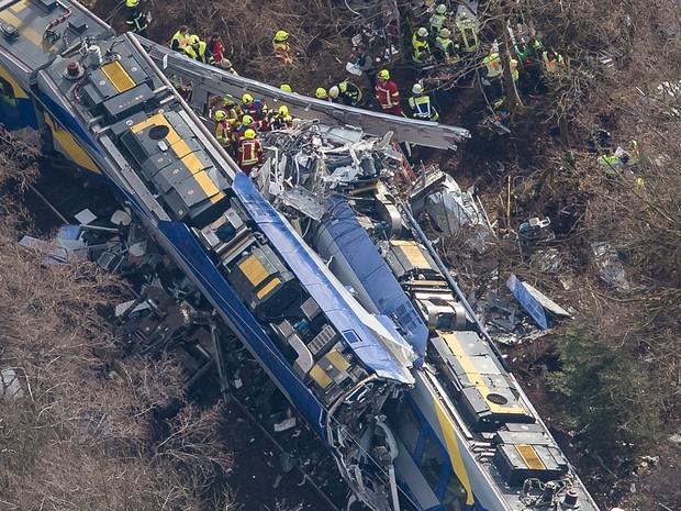 Dois trens de passageiros batem e mata 10 e fere 150
