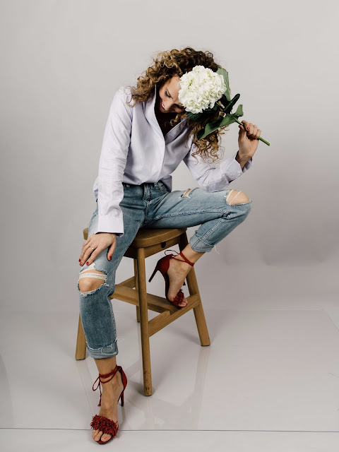 jeans and a button up shirt with heels