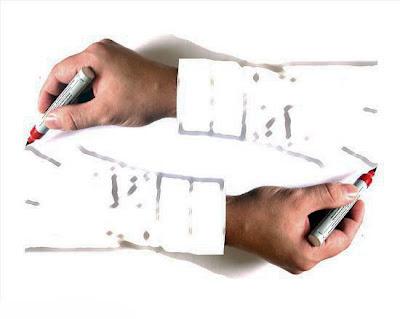 Birbirini gazlı kalem ile çizen gerçek eller
