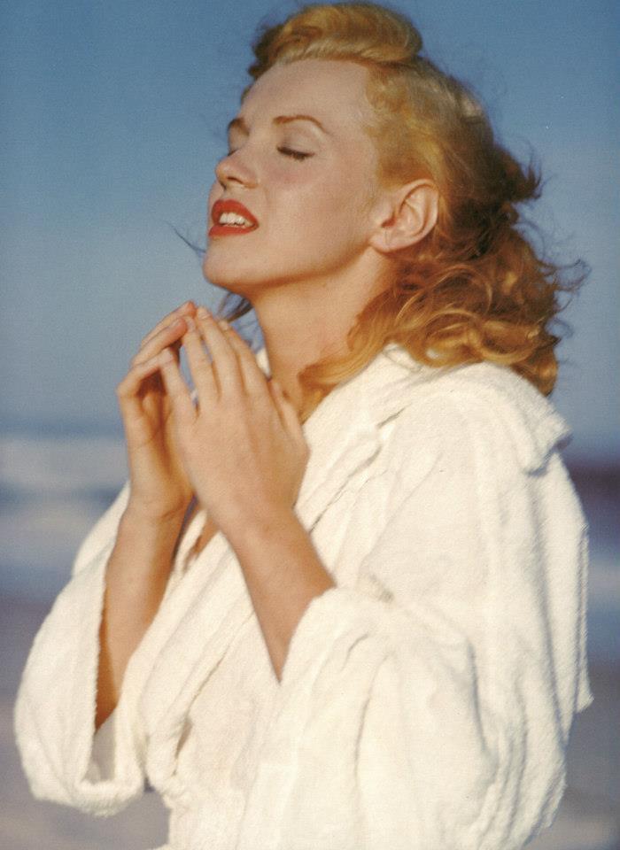 beautiful photographs of marilyn monroe taken by andre de dienes in 1949