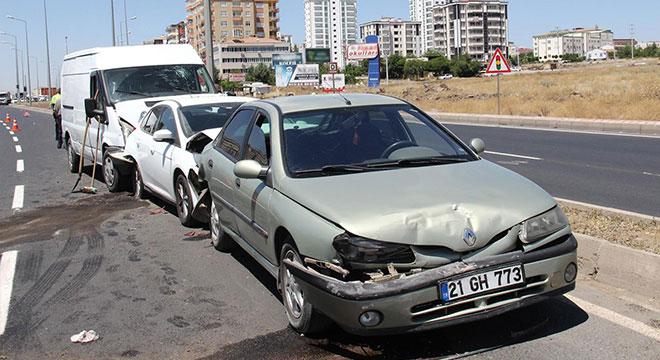 Diyarbakır'da meydana gelen zincirleme kazada 2 kişi yaralandı