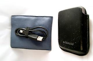 Vue de l'étui en cuir pour disque dur portable avec disque dur et câble