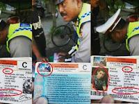 Bikin Ngakak! Polisi Ini Shock Berat Setelah Lihat Foto dan Nama di SIM Pengendara Saat Ditilang