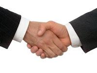 sedang berjabat tangan membangun kepercayaan