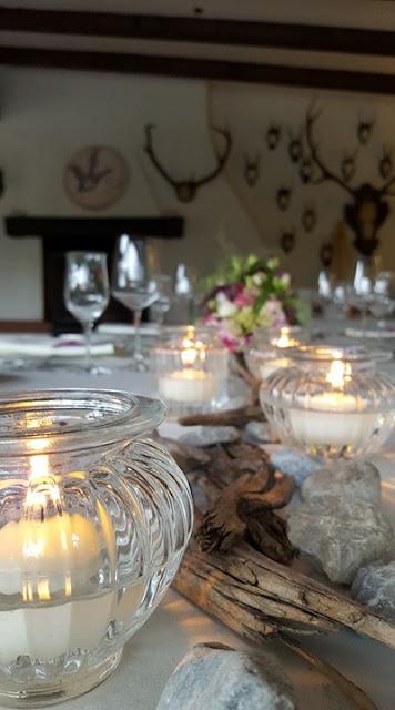 Kerzen, Schwemmholz, Tischdekoration Steingarten, kleine Hochzeit im Familienkreis, Trachtenhochzeit in Bayern, Garmisch-Partenkirchen, Riessersee Hotel, lila, rosa, violett, heiraten auf der Zugspitze, Hochzeitsplanerin Uschi Glas