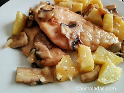 Pechugas de pollo en salsa de cerveza con champiñones y patatas
