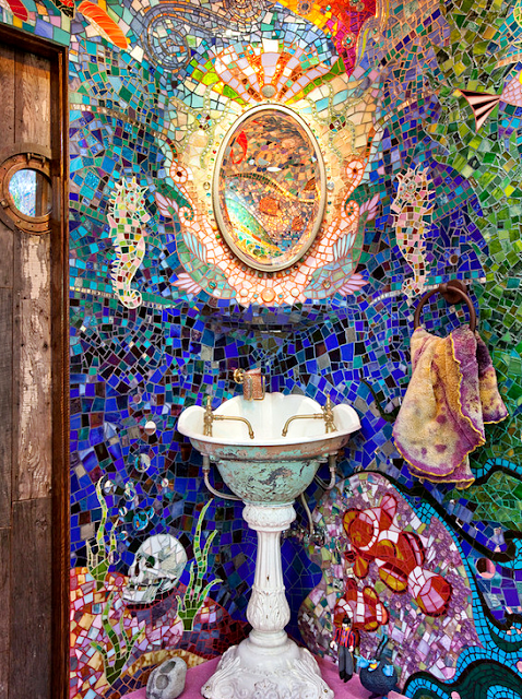 15 Design Kamar Mandi Unik Agar Rumah Tampil Beda - Tradisional Mozaik Kaca Warna-warni