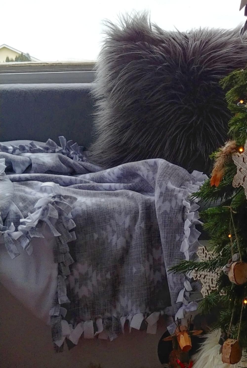tied fleece blanket DIY