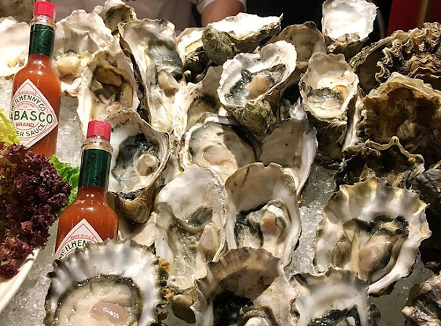 Sensational Seafood, Temptations, Renaissance Kuala Lumpur Hotel, Seafood Buffet, freshly shucked oysters, green and Chilean black mussels, fresh tiger prawn, slipper lobster, clams, half-shelled scallop, bamboo clams, mee kari tiger prawns, slipper lobsters with asparagus