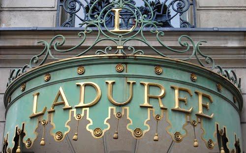 szyld siedziby Ladurée w Paryżu