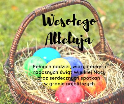 W tle koszyczek z kolorowymi jajkami postawiony na trawie. Życzenia
