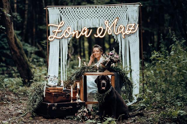 Ukochany pupil z nami w dniu ślubu. Brązowy Labrador towarzyszy Pannie Młodej. Neon Żona Mąż-Alicja w Krainie Wesel. Stylizowana sesja zdjęciowa Bridal Blog.