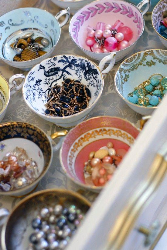 Xícaras também organizam bijuterias.