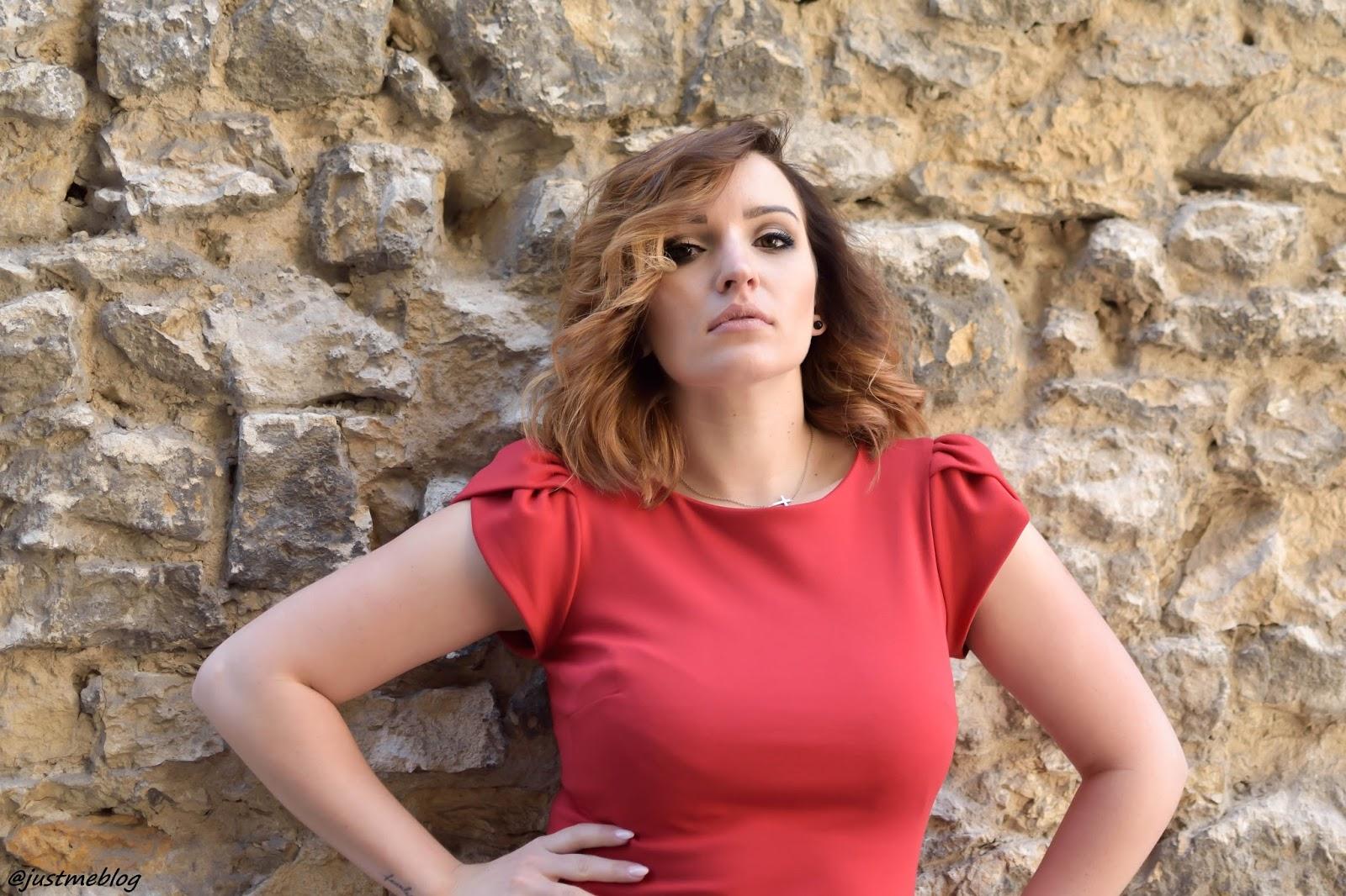 Czerwona sukienka z bufkami, buty Lacoste marcel