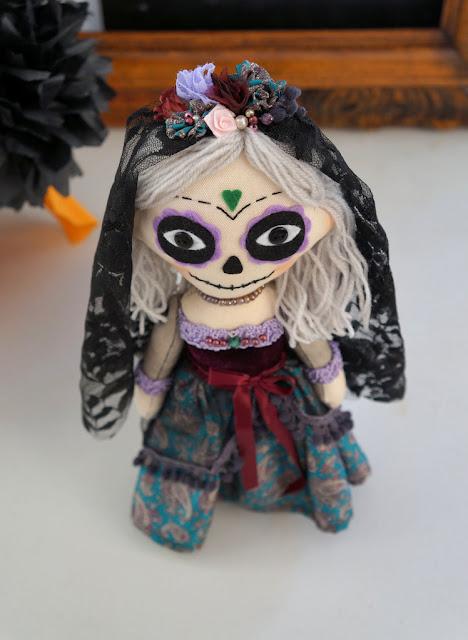 Muñeca de trapo hecha a mano La Catrina mexicana, novia cadáver. Día de los muertos.