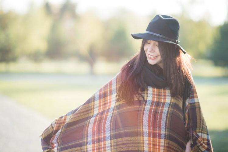 stylizacja-z-ponczo-i-kapeluszem
