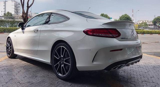 Đuôi xe Mercedes AMG C43 4MATIC Coupe 2019 có thiết giống với phiên bản Mercedes AMG C43 4MATIC Coupe 2019