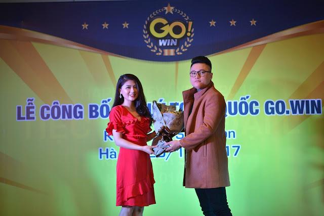 MC-xinh-dep-tang-hoa-ca-si-duy-khanh-tai-su-kien-Go.win