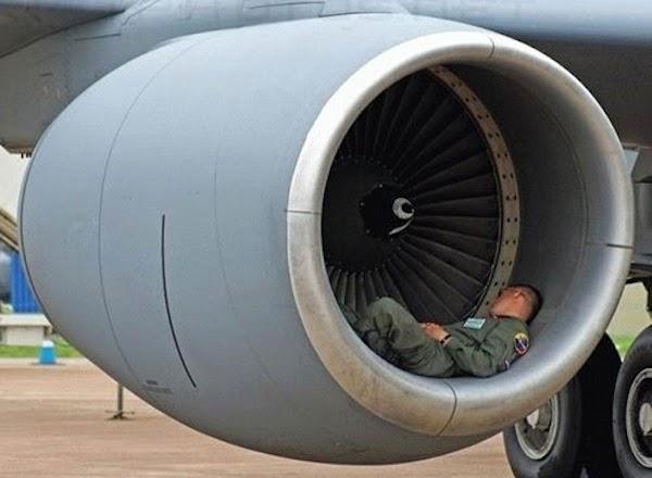 Militar durmiendo siesta