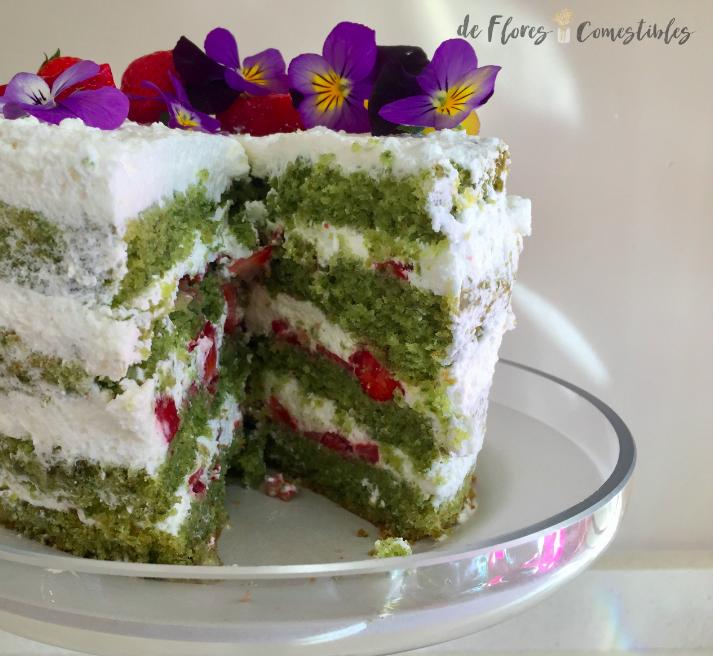 Tarta decorada con flores comestibles, pensamientos.