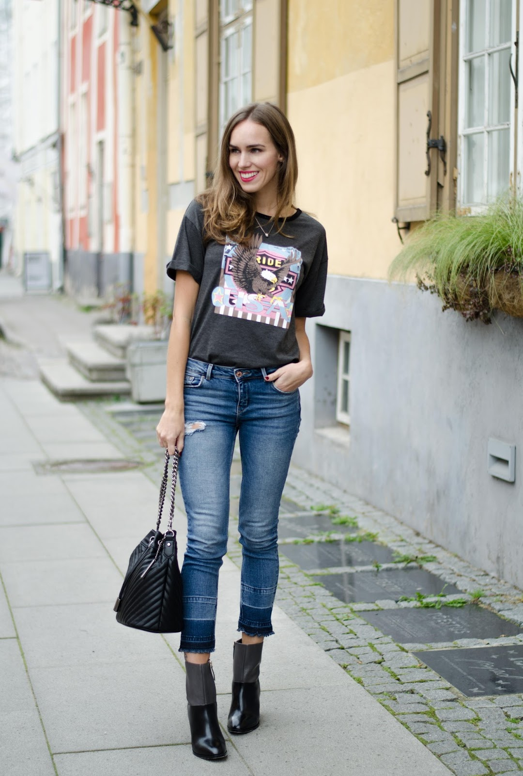 t-shirt cropped jeans ankle boots outfit