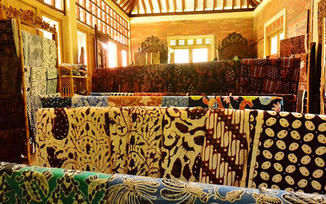 Berbagai macam motif batik yang terpajang di toko