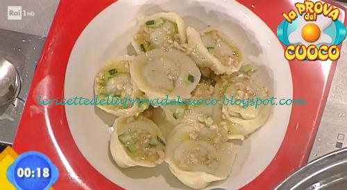 Tortelli con primo sale zucchine e nocciole saltate ricetta Facchini da Prova del Cuoco