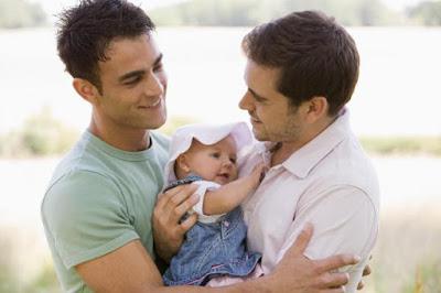 una pareja homosexual adoptan una niña