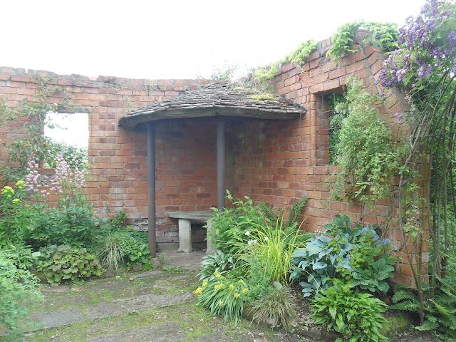 mur z cegły w ogrodzie, altana