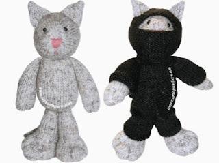 http://www.tejiendoperu.com/mu%C3%B1ecos-en-dos-agujas/gato-ninja-knitted-ninja-kitten/