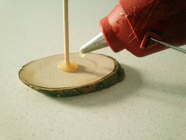 Božićno drvce - ljepljenje štapića na drveni podložak