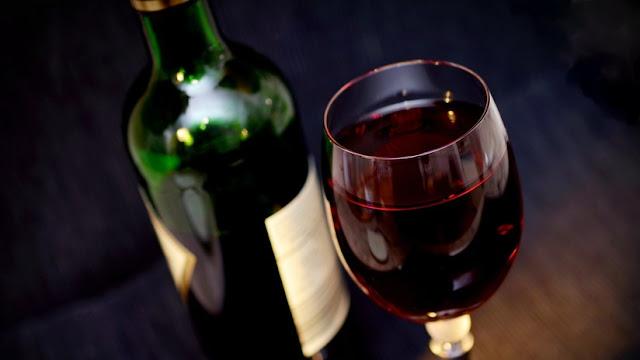 Estudio sugiere que el alcohol hace que las personas sean más racistas y homofóbicas