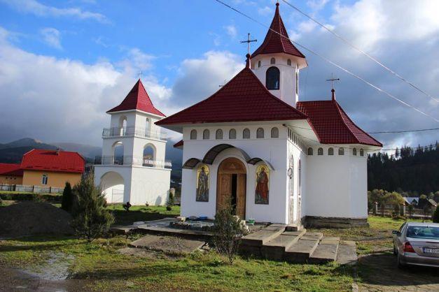 Biserica veche a Mănăstirii Podu Coşnei a fost resfinţită duminică