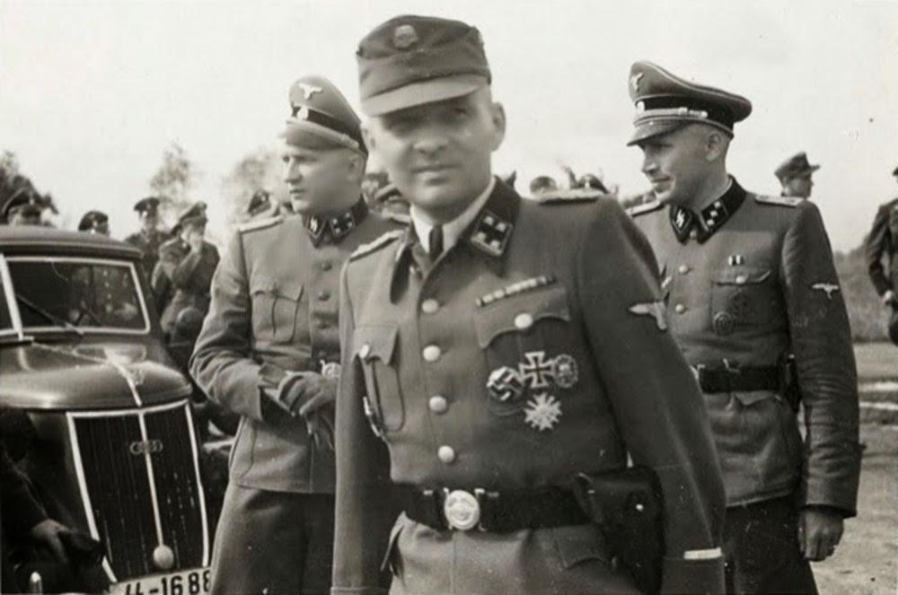Karl Hoecker (derecha) con Richard Baer y Rudolf Hoess