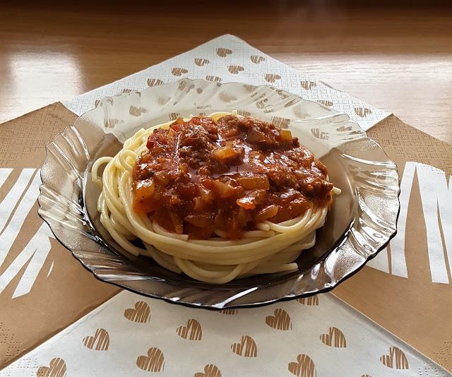 Sos spaghetti z mięsem drobiowym bazylią i oregano