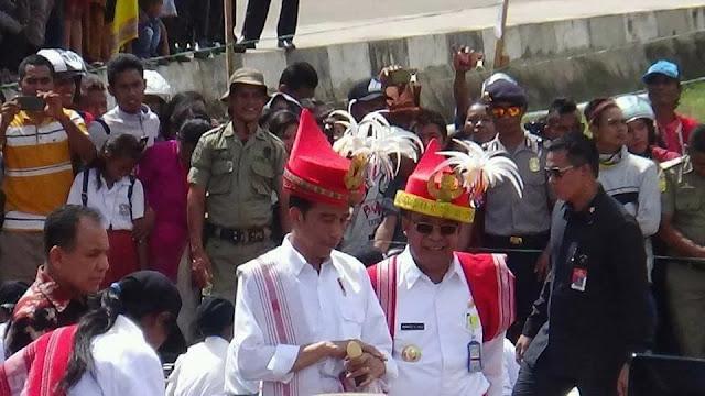 presiden jokowi bersama bupati sumba barat daya