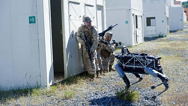 Τετράποδο drone σε άσκηση ομάδας πεζικού