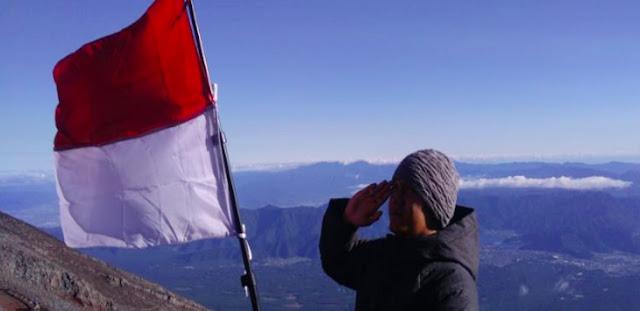 Warga Sukabumi ke Jepang Kibarkan Bendera Merah Putih di Puncak Gunung Fujiyama
