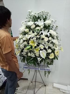 merangkai standing flower duka cita