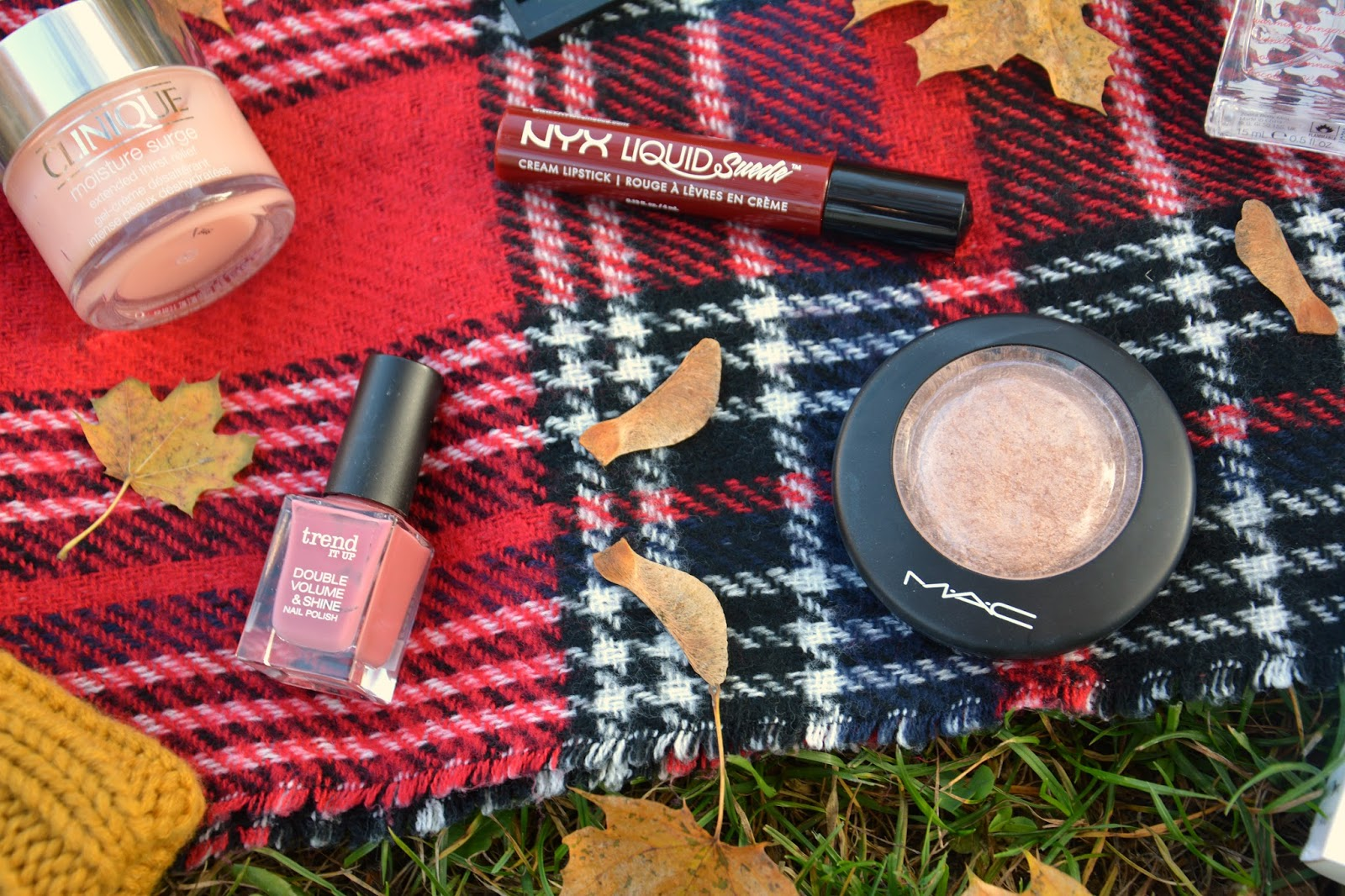 Clinique Moisture Surge, Trend It Up Nailpolish, NYX Liquid Suede Cherry Skies, Mac Soft & Gentle, Primark Blanket Scarf