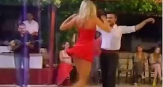 Γυναικάρα Ρωσίδα με τα «κόκκινα» ανεβαίνει για τσιφτετέλι σε Ελληνική πίστα και μας άφησε με το στόμα ανοιχτό…
