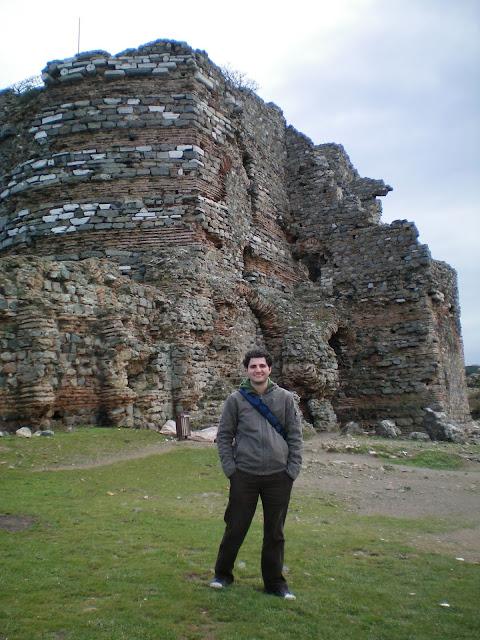Las ruinas de un castillo junto al mar Negro