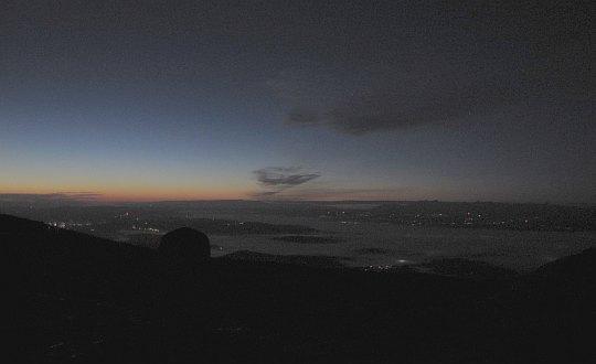 Babia Góra. Na styku z horyzontem pojawia się wąska, czerwona łuna.
