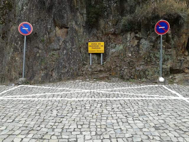 Zona de inversão de marcha no parque de estacionamento