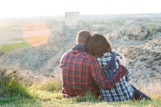 Imagen de una pareja sentadas en la loma de una montaña