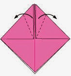 Bước 5: Gấp chéo 2 mép tờ giấy xuống dưới.
