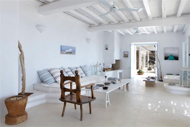 casa en mykonos con sofa de obra y cojines de algodon chicanddeco