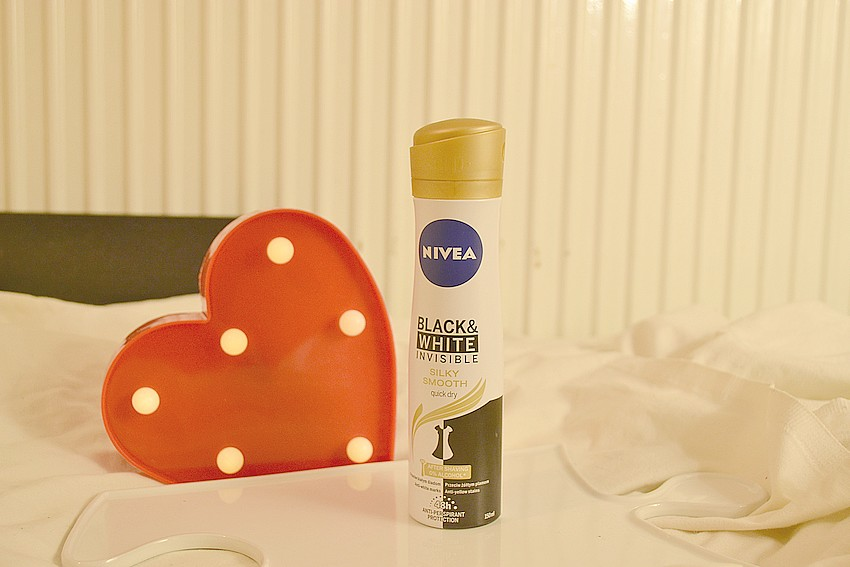 NIVEA® Antyperspirant Black&White Invisible Silky Smooth spray