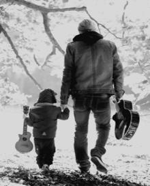 Padre caminando de la mano con su hijo